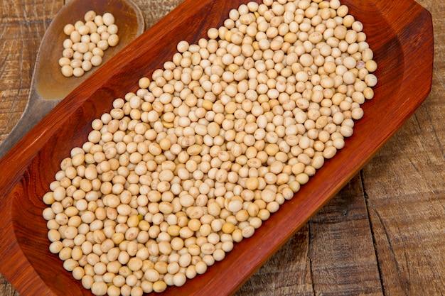 木製の大皿に大豆のクローズアップ