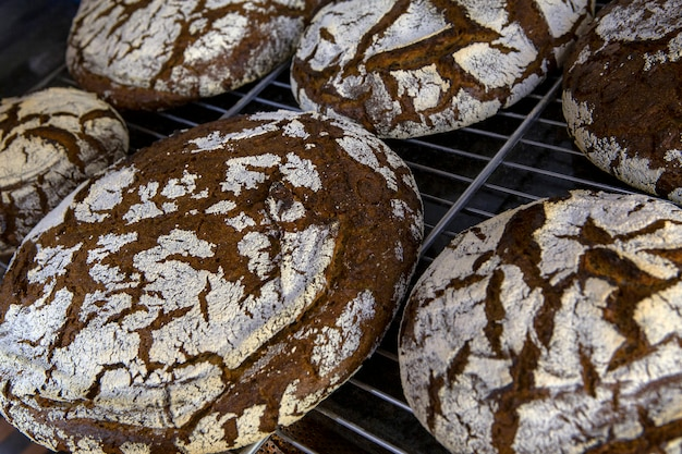 パン屋の棚に露出したライ麦パン