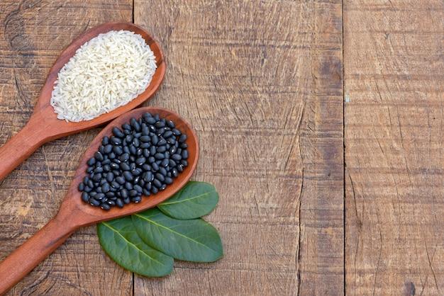 生米と豆、月桂樹の葉と木のスプーン