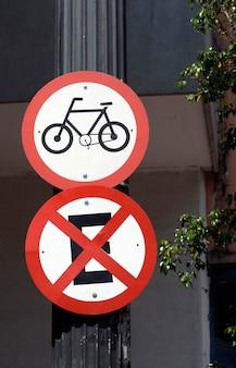交通信号ボードの自転車