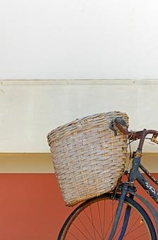Старый велосипед, с плетеной корзиной