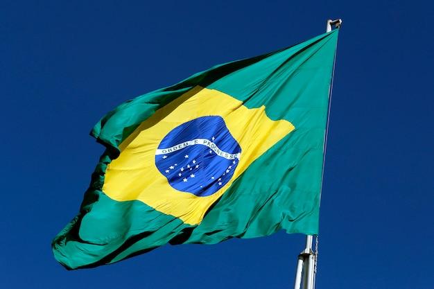 Флаг бразилии развевается на ветру