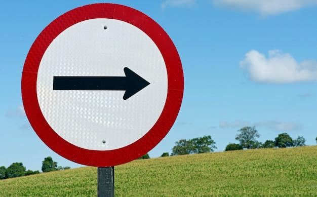 交通の方向を警告する道路標識