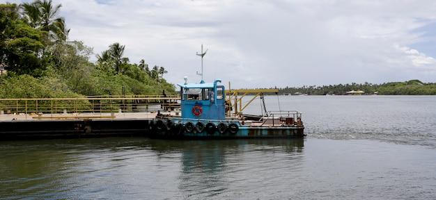 桟橋でタグボート