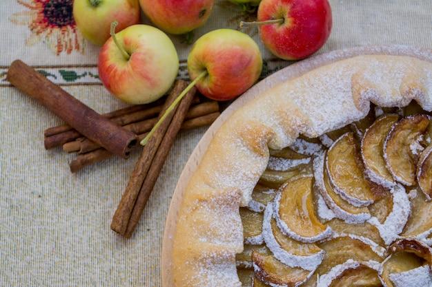 Яблочный пирог кусочек яблочного пирога крупным планом.