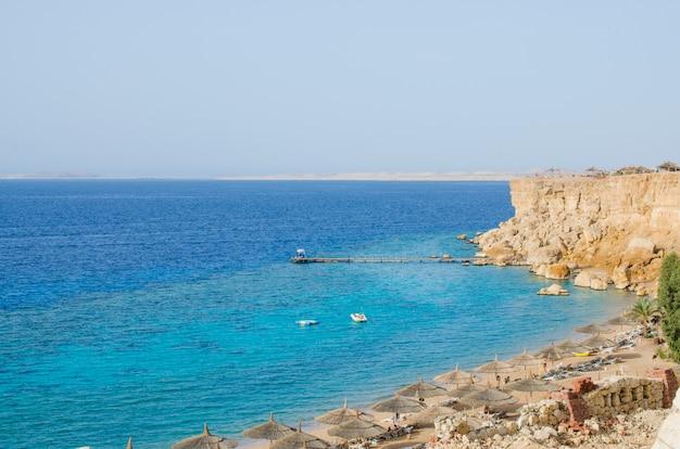紅海とビーチの景色。海で夏。