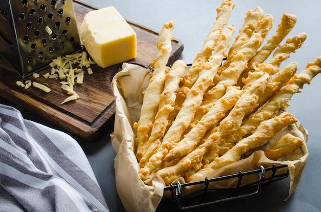 チーズスティックパンとチーズ