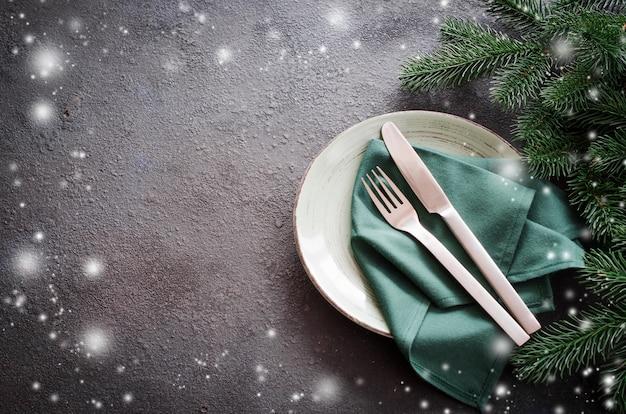 Рождественская праздничная сервировка с копией пространства.