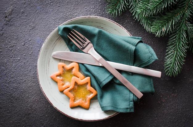 Рождественская праздничная сервировка с рождеством.