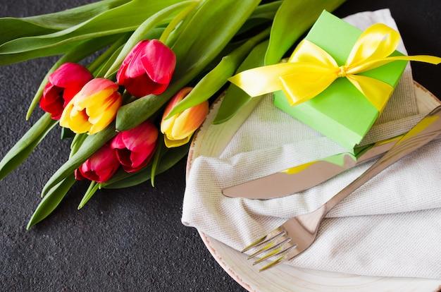 誕生日のチューリップとお祝いテーブルの設定