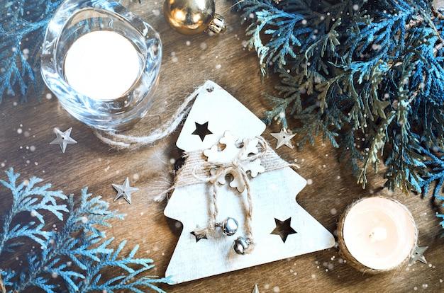 木製の背景にクリスマスの装飾