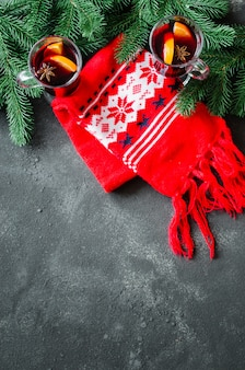 グリューワインと暖かいスカーフのクリスマス。