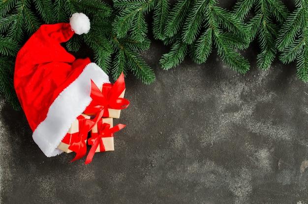 サンタクロースの帽子のクリスマスギフトボックス。