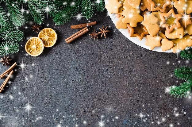 焼きたてのクリスマスジンジャーブレッド、スパイス、モミの枝を使った料理。コピースペース