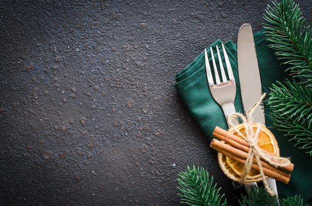 クリスマスまたは新年のディナーのお祝いテーブルの設定。