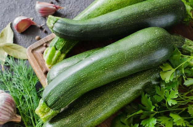 Свежие органические кабачки, чеснок и петрушка, зелень и специи.