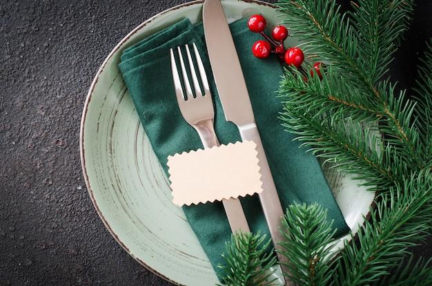 クリスマスまたは新年のディナーのお祝いテーブルの設定