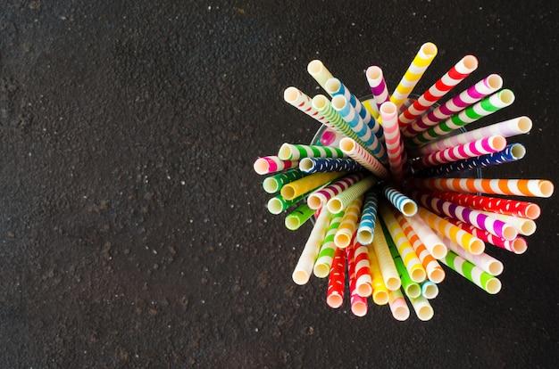 カクテルやドリンクのさまざまな色のカラフルな紙ストロー