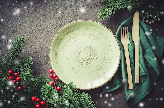 クリスマスの装飾とクリスマスのお祝いテーブルの設定。