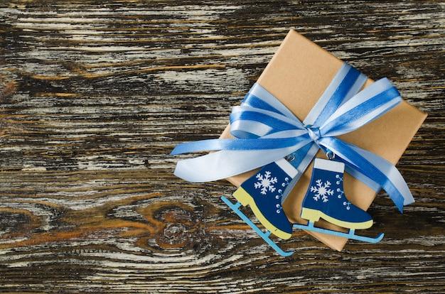 クリスマス。青い色の装飾が施されたギフトボックス。