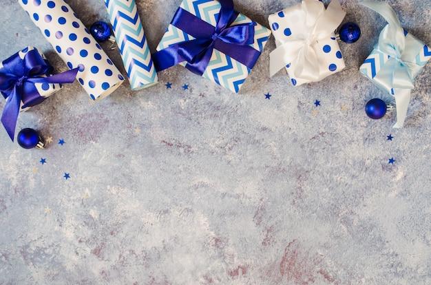 クリスマス。ブルーのクリスマスギフト包装。
