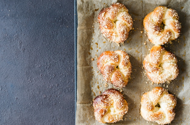 焼きたての香りのよいパン。伝統的な自家製ペストリー。ピグテールパンのトップビュー。