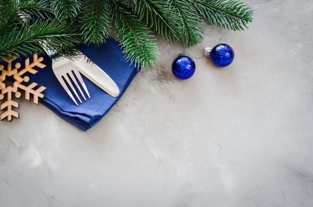クリスマスメニューを書くための背景。冬のテーブル設定。