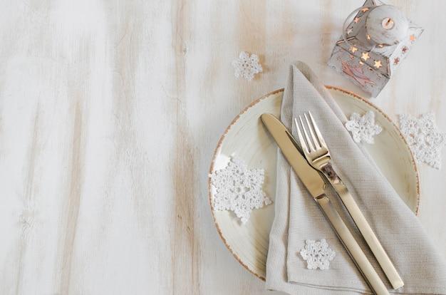 ヴィンテージやプロヴァンス風のクリスマスの装飾とクリスマスのテーブルの場所の設定。