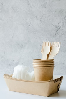 環境に優しい生分解性の段ボールまたは紙皿。廃棄物ゼロのリサイクルコンセプト。