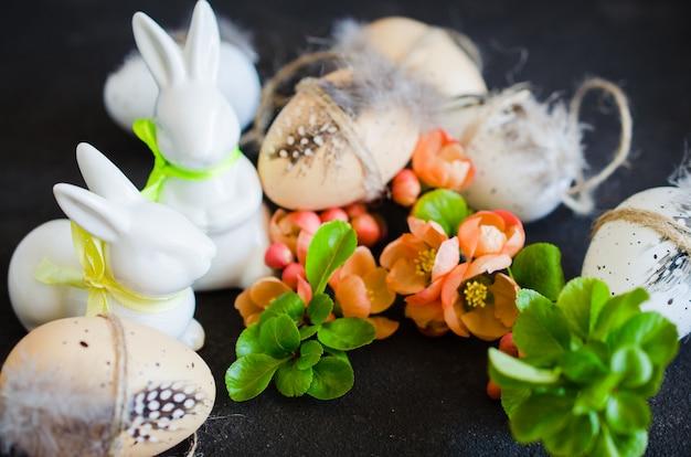 Хв. декоративные пасхальные яйца, кролики и цветущие весенние ветви.