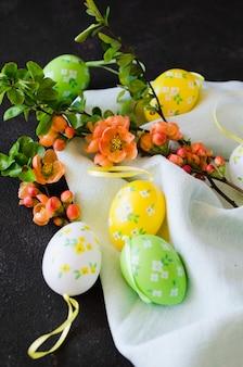 Хв. декоративные пасхальные яйца и цветущие весенние ветви.