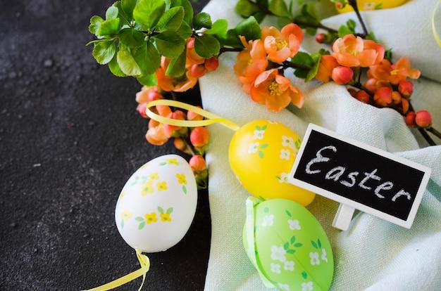 Хв. декоративные яйца, цветущие весенние ветви и надпись пасха.