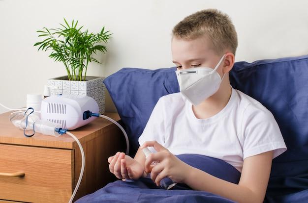 手の消毒剤を使用して医療用防護マスクで病気の男の子