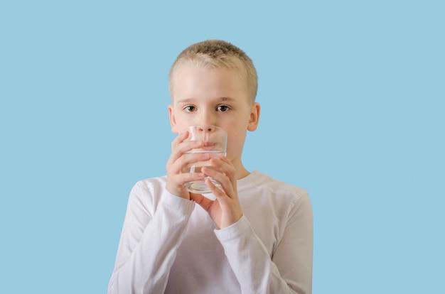 ガラスからきれいな水を飲むかわいい子