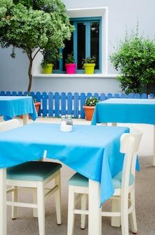 居心地の良い夏のカフェ。屋外テラスのテーブルと椅子