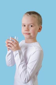 Ребенок держит в руках стакан воды