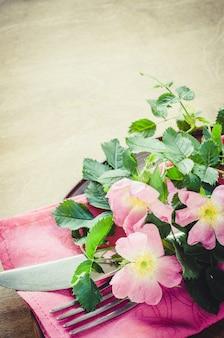 ピンクの花とお祝いテーブルの設定。