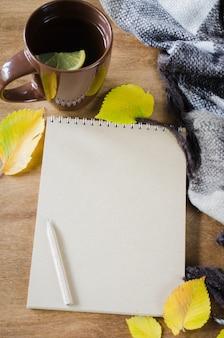 お茶とスケッチのための空のノートブック。