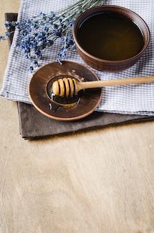 Органический мед и цветы лаванды.