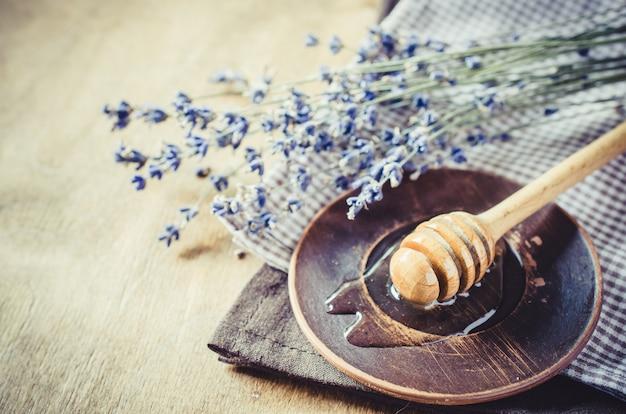 Органический мед на деревянный стол.