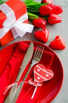 ギフト用の箱とチューリップとバレンタインデーのお祝いテーブルの設定。