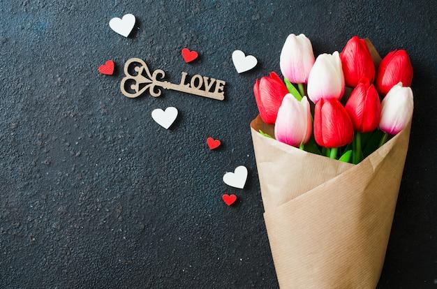 バレンタイン、女性、母の日のためのチューリップと装飾的な鍵の花束。