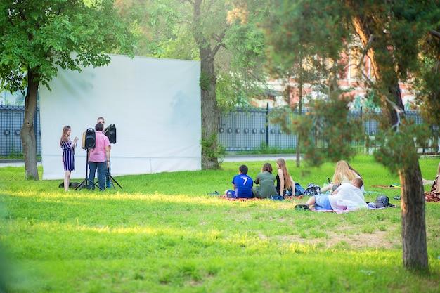 公園の野外での映画館の構造