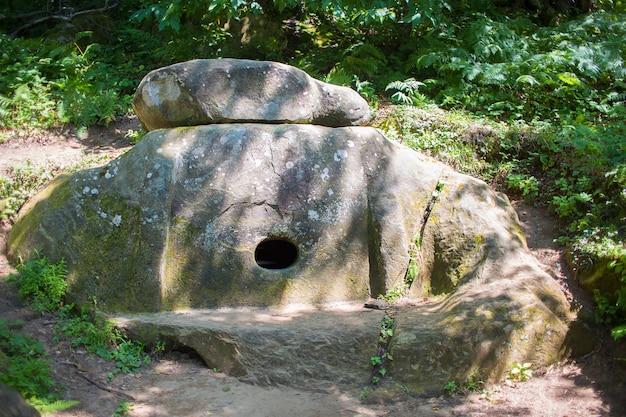 クラスノダール地方の領土の森にある古代のドルメン