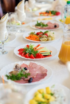 レストランのテーブルで美しく装飾された料理