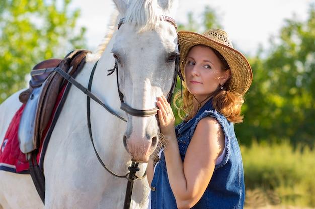 帽子の少女は銃口に白い馬をアイロン