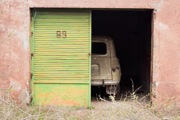 放棄された車