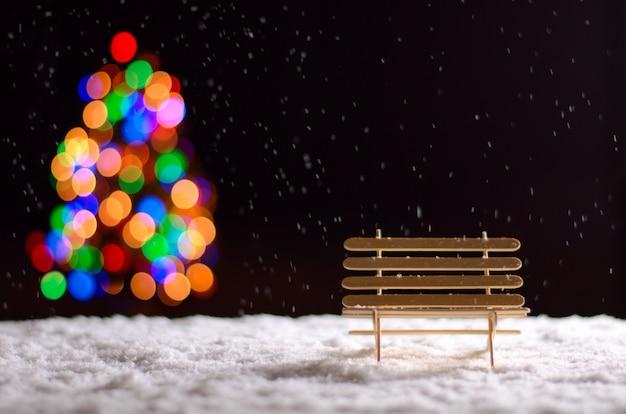 冬季に床に雪が降ったときの木製ベンチ