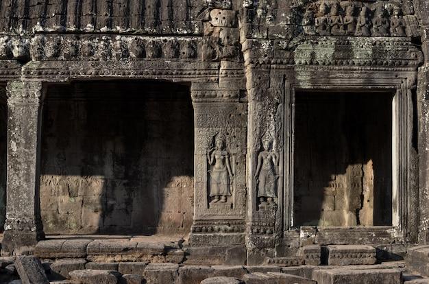 カンボジアのシェムリアップの壁に天使の石の彫刻であるアプサラとバイヨン寺院のパス。