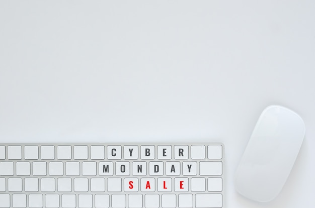 サイバー月曜日オンライン販売コンセプトの白い背景の上のキーボードとマウスのフラットレイアウト。